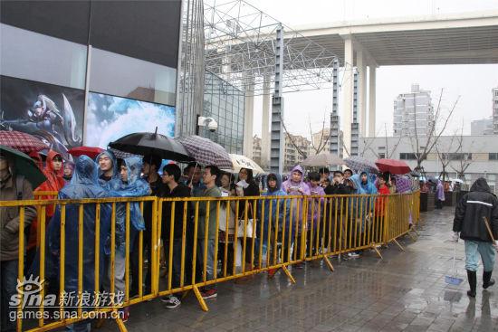 数千玩家冒雨排队等待入场