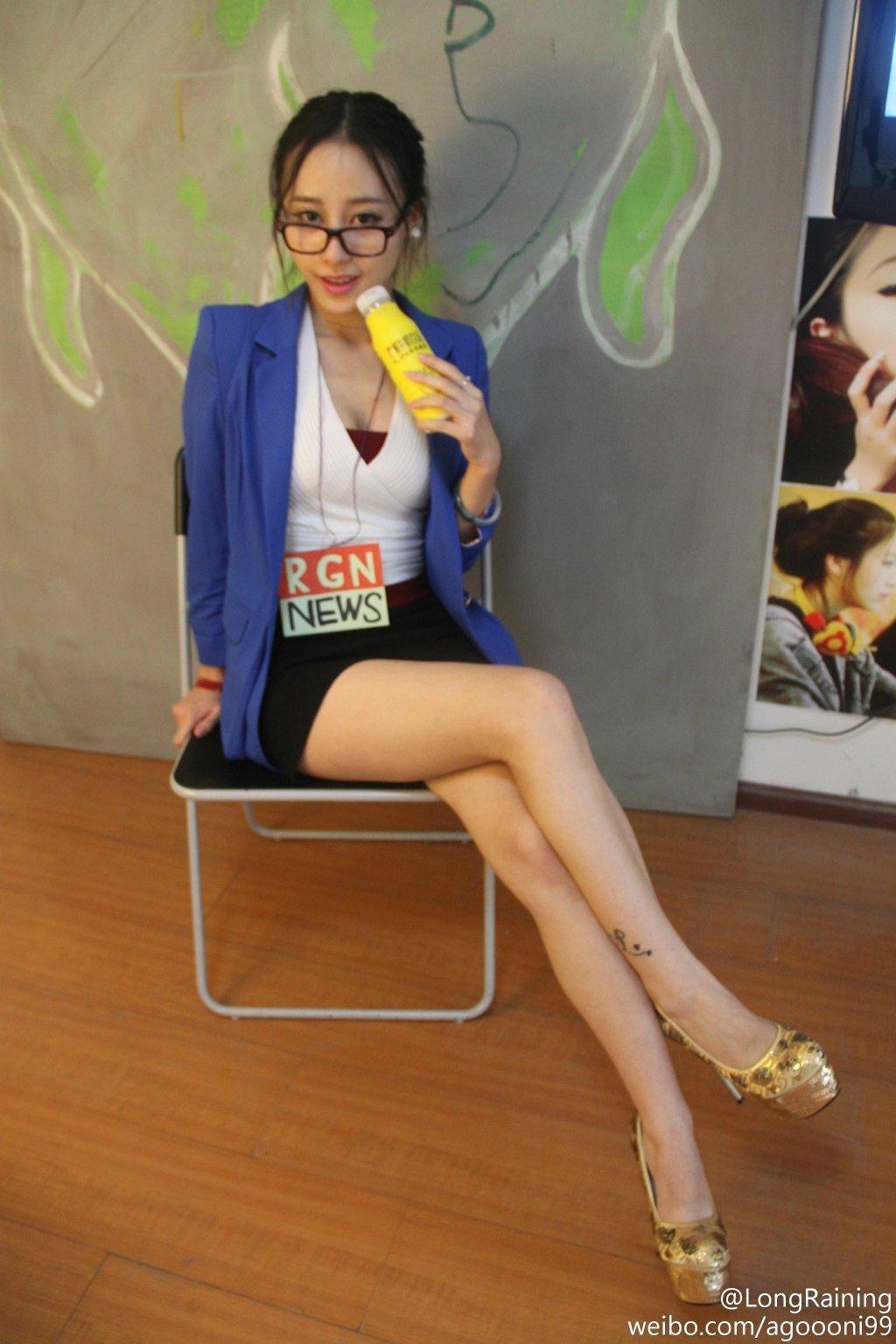 美女cos风女:性感女主播诱人长腿