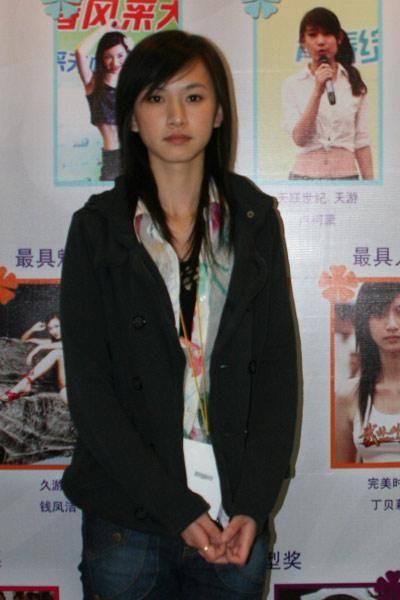 ChinaJoy Show Girl一夜成名的丁贝莉受邀出席当年的金翎奖颁奖典礼