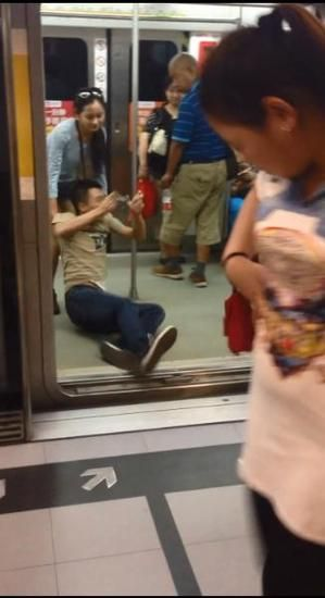 男子沉迷手游 女友暴走拖行10米进地铁被夹