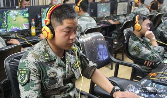 网吧内的士兵