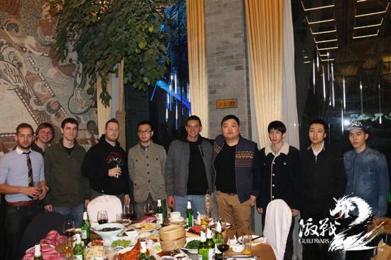 Prime战队与来自北美的冠军队伍The Abjured在3日欢迎晚宴上的合影
