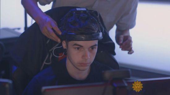 电竞选手戴上脑部扫描仪器测量压力