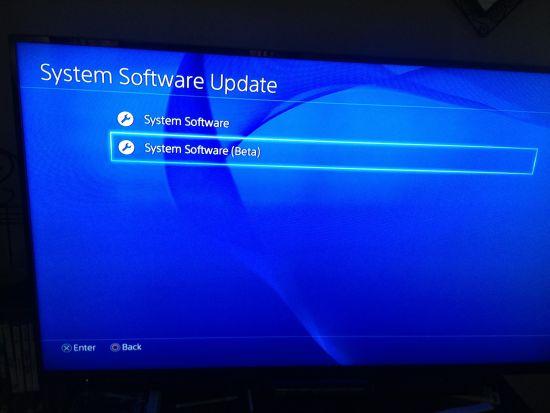 首先说明,一些所谓内部人士称这个操作会把你的PS4安装一些后门,但事实证明这是没有根据的,他不会对你的PS4有任何损害。   索尼现在已经放出了PS4固件2.5的变化信息,并会在未来某个时间放出该固件。   目前已经有一些用户使用上了固件2.5的beta测试版,这仅提供给索尼的MVP用户,但事实真的如此吗?   开发者SKFU就分享出了一个办法,可以让任何人在自己PS4上安装固件2.