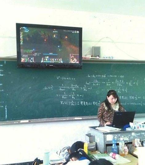 女教师与男学生教师�9��H:)�h�yg*9�yȰ_女教师被曝上课玩游戏 学生微博传照片遭处分