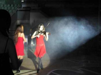 奔放的主题曲 在美女小提琴的演奏下