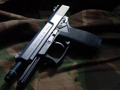 点击进入《特种部队-SF官方网站合作专区》专区   近来《特种部队》全新推出了几款雕刻武器,引领了一波复古狂潮。其中备受玩家好评的雕刻双枪已经风靡《特种部队》的游戏战场。今天为大家详细介绍的正式这款极品枪支。  游戏截图1   雕刻双枪原型为MK23手枪,由美国HK公司设计打造。1996正式交付美军特种部队使用,它也是继M1911之后第一支45毫米口径军用手枪。MK23相对于其他民间市场上销售的大多数同类手枪相比,更具攻击性,能容纳12发.