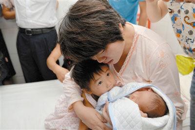 陕西被卖婴儿回家父亲跪谢 孩子被倒手3次卖6万