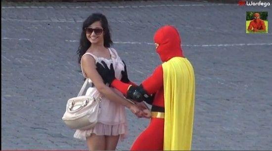 乳房超人触摸一位女孩的胸部并说道