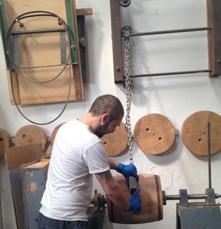 用于陈酿传统Balsamic的小木桶由工人手工制作完成