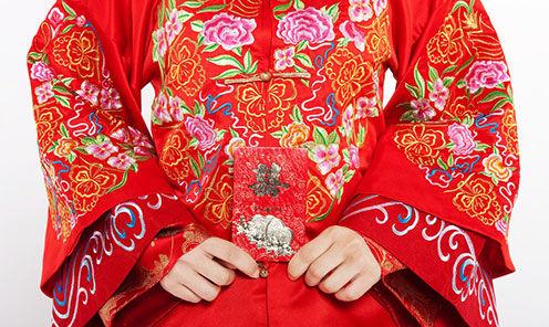 中式婚礼穿凤衣戴图片