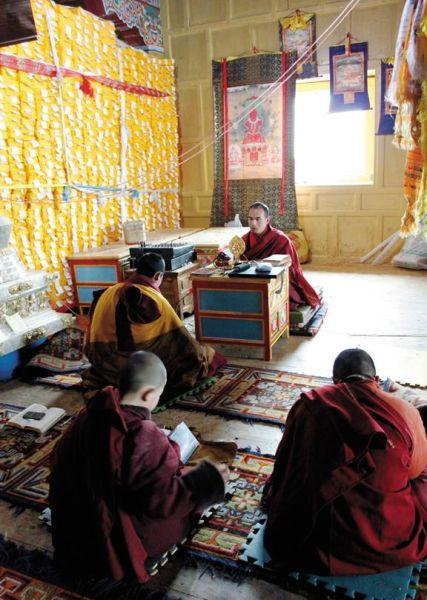 东祉寺里,有僧人带领大家共修学习