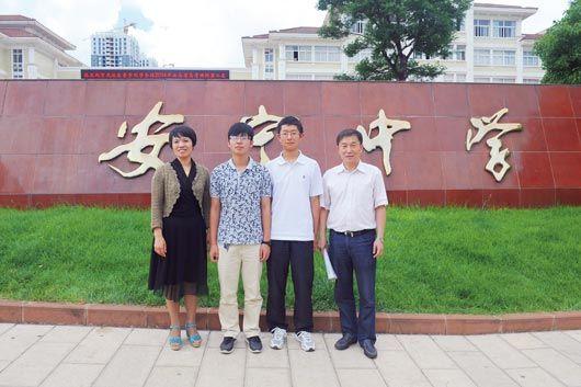 从左向右依次为:班主任罗晓玲、周权、朱睿宇、校长何明。