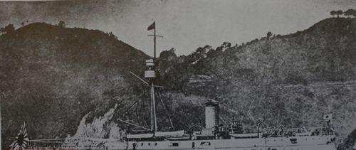 """日本海军""""松岛""""号巡洋舰。为对付中国的""""定远""""、""""镇远""""两艘铁甲舰及其配备的305毫米主炮,日本海军处心积虑,专门设计了该型军舰。""""松岛""""号的排水量刚刚超过""""定远""""舰一半,但主炮口径却达到320毫米,以压倒""""定远""""舰。"""