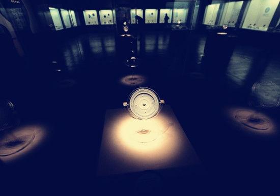 博物馆中的一面古镜
