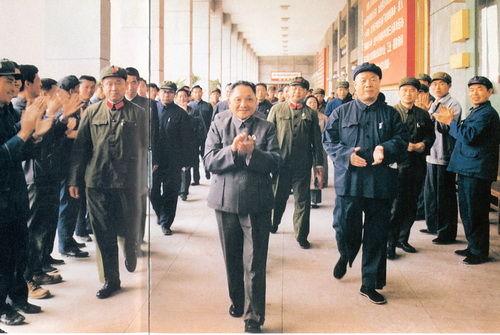1978年9月14日,邓小平视察大庆油田。