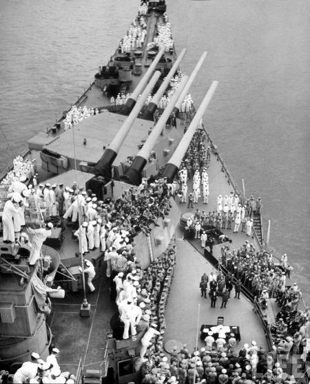 签字仪式当日的密苏里舰