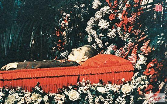 追悼会上的斯大林遗体。