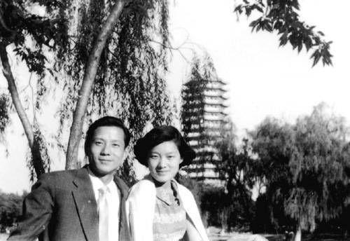 洪君彦和章含之结婚后在北大校园留影。
