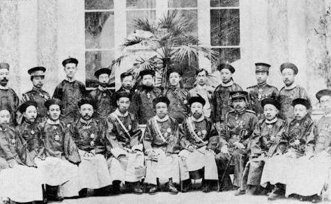 1905年12月,晚清五大臣及随员在罗马合影。