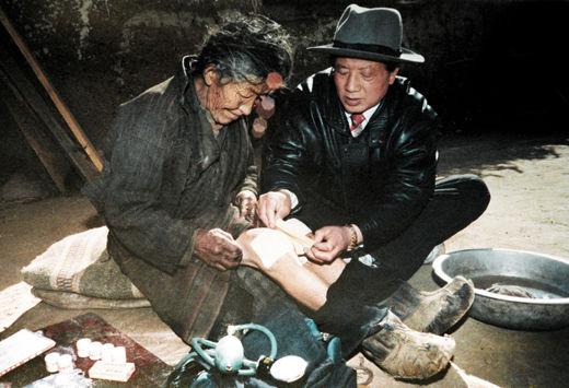 1993年,孔繁森在视察墨竹工卡震区时,得知益西卓玛老人膝关节有病,便亲自为她洗干净腿,贴上伤湿止痛膏