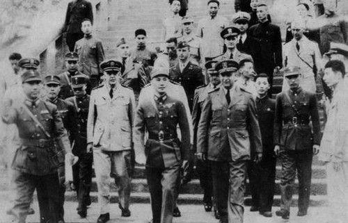 抗战期间,戴笠(左一)陪同蒋介石等检阅重庆特警班。