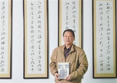 5月5日,江苏省政协会议室,戴安澜之子戴澄东捧着自己写的《戴安澜传》,封面是戴安澜将军的戎装照。