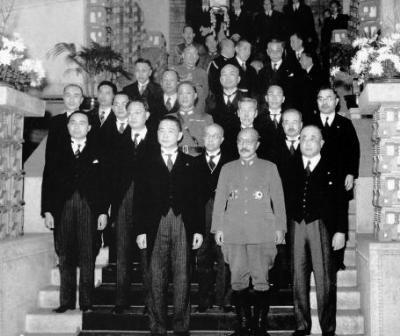 1942年12月23日,汪精卫(前排左)出席日首相东条英机(前排中)晚宴,合影的还有周隆庠(二排左一)、周佛海(二排左二)、梅思平(三排左一)与大东亚相青木一男(三排右一)