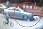 监控拍下奥迪车撞到骑车路人反复碾压