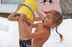 俄罗斯幼童-25℃雪地中冲凉水澡