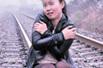 女子欲与飞驰火车合影逼停列车