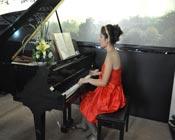 美女弹钢琴哦
