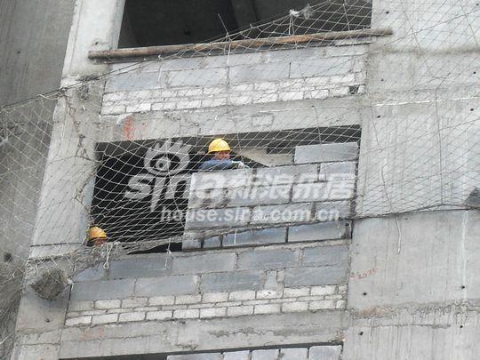 项目正在进行二次结构,明显可见外墙的砌砖,工人还在紧张施工中.