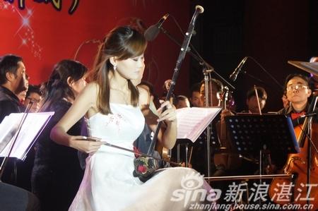 > 正文    随着管弦乐队首先演奏了《红旗颂》,《北京喜讯传边寨》等