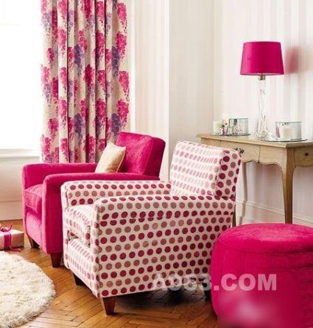 玫红色窗帘以及沙发座椅打造客厅浪漫主色调