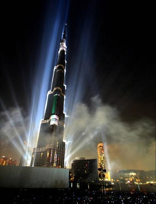 阿联酋哈利法塔建筑高度:828米 建筑造价:70亿美元