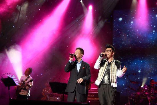 联华国际CEO童渊与汤潮一起演唱《我的好兄弟》