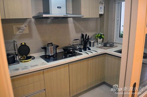 敞开式厨房,拉门设计,让厨房整体立显宽敞,墙面为墙砖饰面,地面为地砖