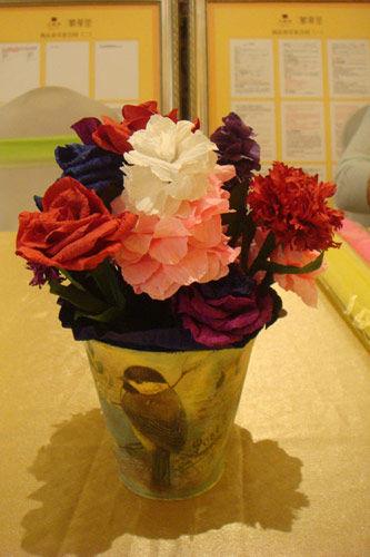 用各色皱纹纸细心折叠成的玫瑰
