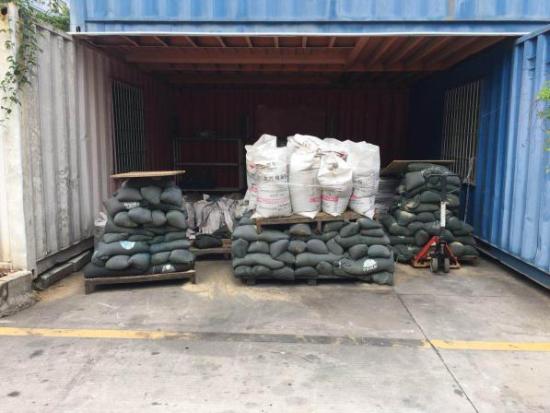 门分公司风控工程师温武现场为客户提供防灾防损物资,并赠送客户防汛沙袋