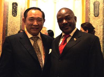 图为中国世界和平基金会主席李若弘先生与布隆迪总统恩库伦齐扎
