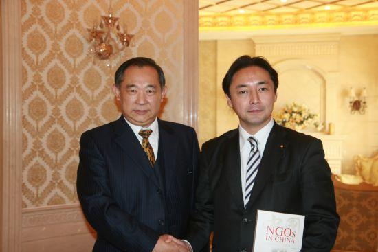 图为日本议员后藤田正纯先生与李若弘博士交谈《中国NGO》