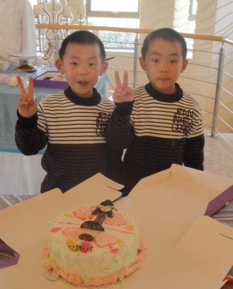 随着两对双胞胎小男孩和一