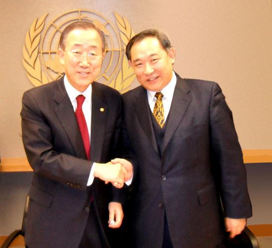 图二.李若弘先生与联合国秘书长潘基文在纽约联合国总部
