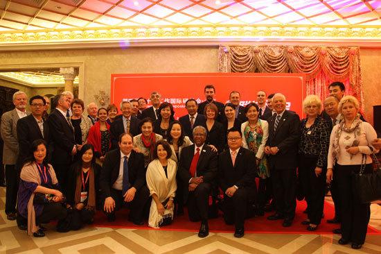 图为1.各国红十字代表团、各国外交官与国际组织代表相聚和苑