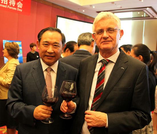 中国世界和平基金会与世界能源主席和斯议长交谈