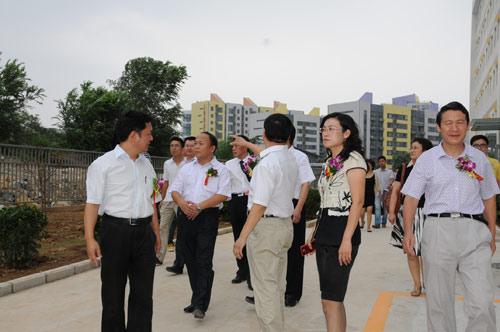 济南外国语鼓号阳光100校区隆重开学小学学校鼓对扬图片