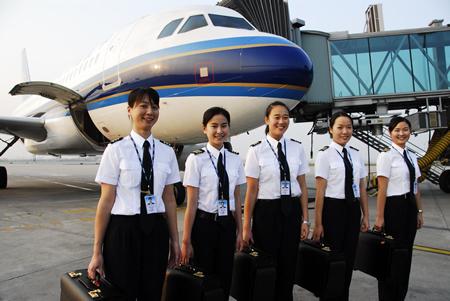民航首批本科学历女飞行员正式执飞航班(图)