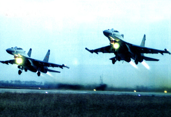 东海舰队航空兵新型战机实施雨中夜间实弹射击