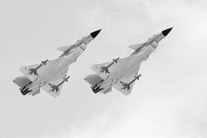 解放军海陆空二炮部队精心维护主战装备(图)